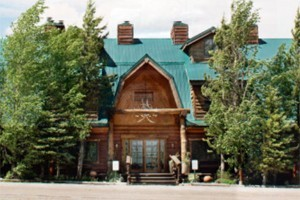 Bar N Ranch - lodge rooms, cabins & fine dining :: Beautiful 200-acre site features guest lodge & cabins near the Madison River. Onsite restaurant, fly fishing, pool & hot tubs 6 miles from Yellowstone. 1, 2 & 4-bdrm units.